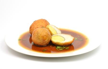 tamarindo: uovo fritto con salsa di tamarindo su sfondo bianco