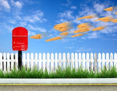 buzon: postbox rojo y marrón sobre Foto de archivo