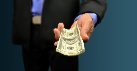 dare soldi: uomo d'affari detenere moneta in mano