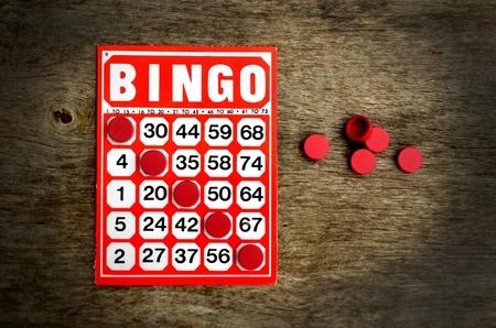 bingo: Red tarjeta de bingo con fichas ganadoras Foto de archivo