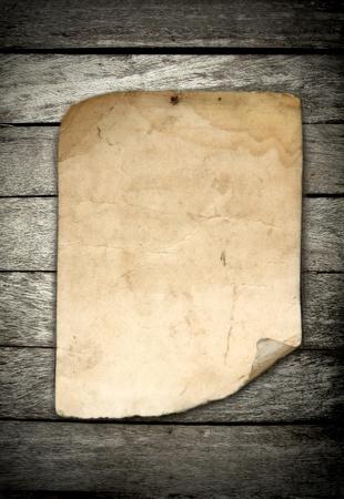 papier naturel: vieux papier sur fond de bois