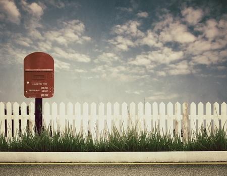 buzon: imagen de estilo retro de buzón de correos en el borde de la carretera