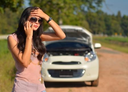 Eine Frau ruft um Hilfe, nachdem ihr Auto kaputt Standard-Bild - 16227761
