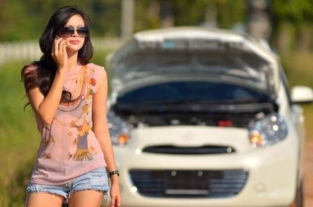 그녀의 차가 고장 후 여자는 지원에 대한 호출 스톡 콘텐츠