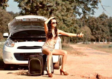 그녀의 차가 고장 후 여자는 지원을 기다립니다 스톡 콘텐츠