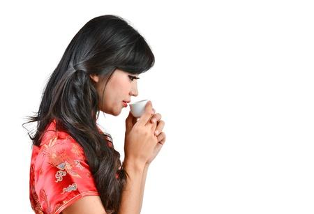 예쁜 여자와 중국 전통 드레스 cheongsam 및 흰색 배경에 차를 마시는
