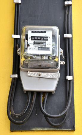 contador electrico: vatios-hora metros en la pared amarilla