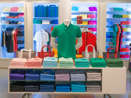 kledingwinkel met overhemd opgehangen op stand Stockfoto