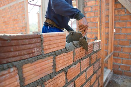 paredes de ladrillos: Trabajador de construcción de mampostería pared de la casa con ladrillos