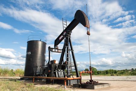 pozo petrolero: Pumpjack de bombeo de petróleo crudo de los pozos de petróleo Foto de archivo