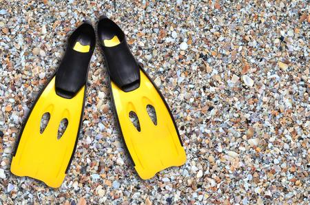 flippers: aletas amarillas en la playa de arena Foto de archivo