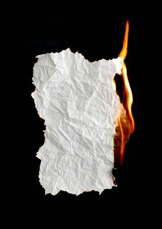 quemado: papel arrugado blanco sobre fondo negro quema