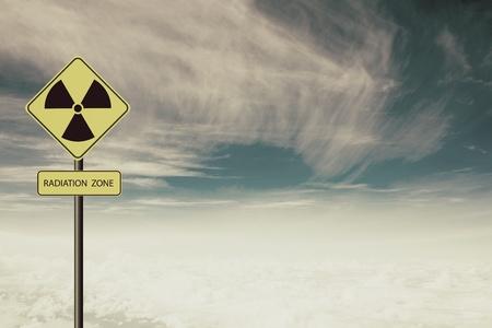 radiacion: radiación nuclear símbolo de advertencia con el cielo azul