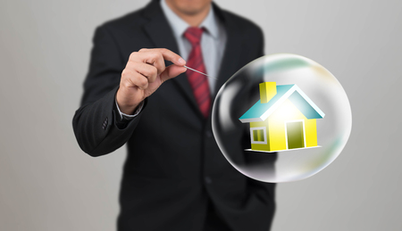 burbuja: aguja agujero de la mano con la casa en la burbuja