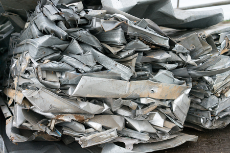 ferraille: aluminium déchets sur le camion se préparer pour le recyclage Banque d'images