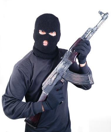 viso uomo: Terrorista con mitragliatrice AK47 isolato su sfondo bianco Archivio Fotografico