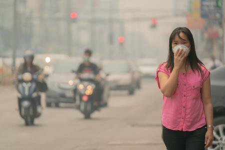 Mujer joven con máscara protectora en la calle de la ciudad, chiang mai, tailandia Foto de archivo