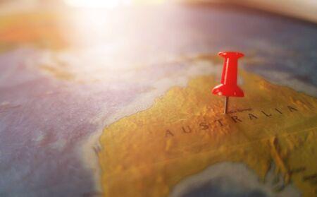 Orte, die auf der Weltkarte mit roter Nadel markiert sind Standard-Bild