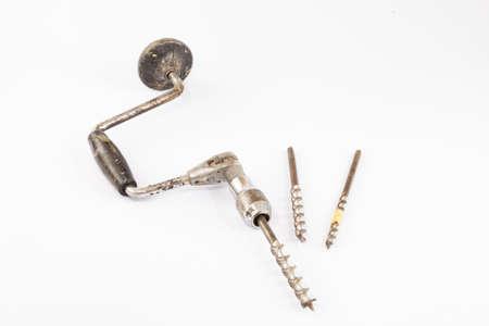 hand crank: Carpintero antiguo de madera mano abrazadera de la biela con la manivela broca vendimia aislado en blanco
