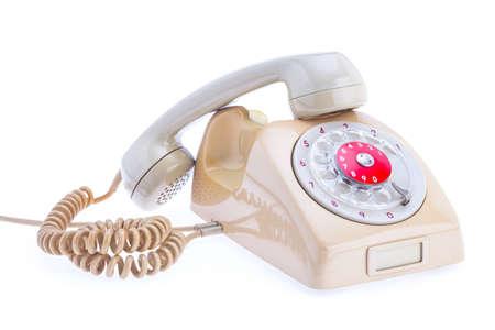 telefono antico: Telefono antico posto su uno sfondo bianco isolato. L'auricolare viene rimosso dal set. Situato in una croce sulla parte superiore della macchina. Archivio Fotografico