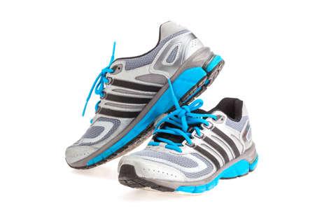 adidas: SONGKHLA, THAILAND - 27 januari 2015: ADIDAS reactie cushion22 sportschoen, gebruikt. Geïsoleerd op wit.