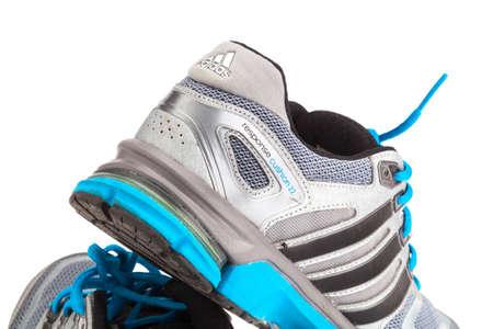 adidas: 27 januari 2015 - THAILAND: loopschoenen van het merk 'Adidas' op geïsoleerde witte achtergrond