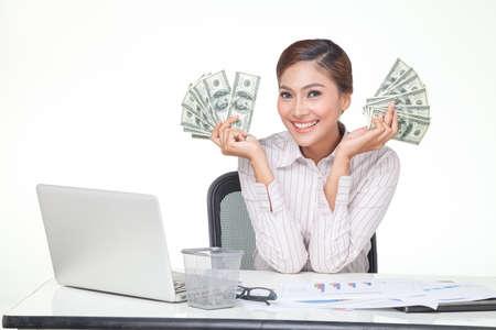 ingresos: Mujer de negocios Asia mantenga algunos de los billetes de banco en la mano con la cara sonriente. blanco aislado