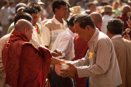 limosna: Bagan, Myanmar - 23 de enero de 2009: A jóvenes novicios budistas caminando limosna a los que viajan al templo de Ananda cerca de Bagan, Myanmar.