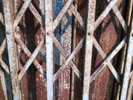puertas de hierro: puertas de hierro oxidadas viejas