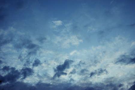 暗い雲の日没、劇的な cloudscape エリアで地平線に沿って移動