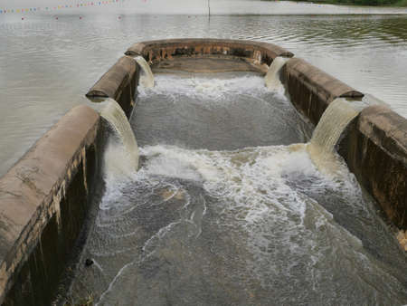 Turbid water in the dam overflows into the spillway,  Irrigation during the rainy season, Thailand 免版税图像