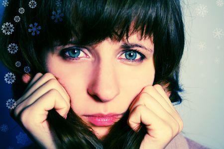 yeux tristes: Cross-transform�s photo d'une femme qui regarde droit dans les yeux tristes avec cam�ra et des flocons de neige entourant son  Banque d'images