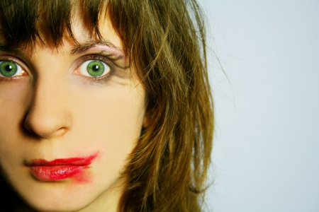 lapiz labial: Una mujer con los ojos verdes y manchas conforman