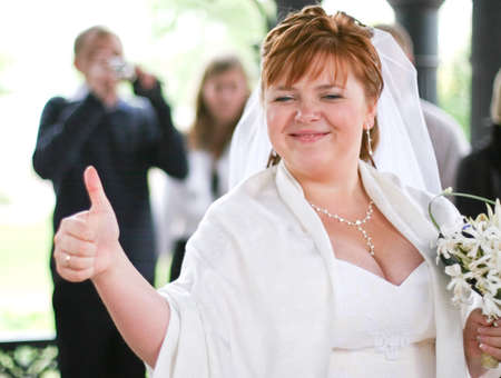 smiling plump bride with thumb up 免版税图像