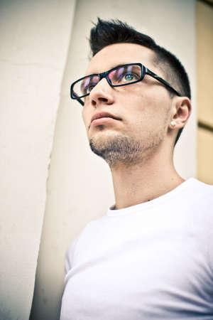 aretes: Retrato del hombre de gafas