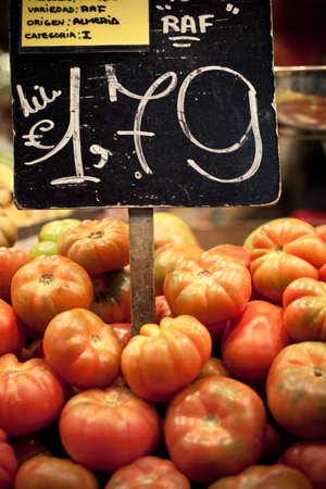 Price sign between tomatoes at the market