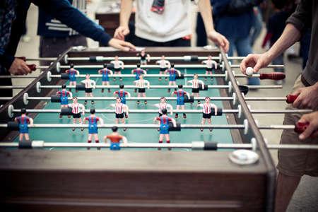 football play: Outdoor verde tavolo da calcio con molte figure colorate e alcuni giocatori in giro per