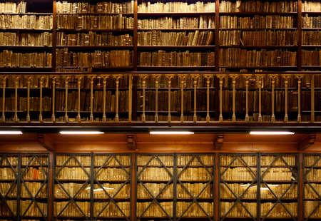 vieux livres: Beaucoup de vieux livres sont rang�s sur les �tag�res en bois dans deux niveaux de biblioth�que, avec main courante sur le premier plan