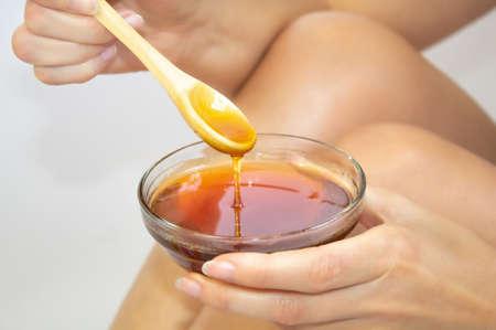 Honey SPA legs procedure closeup Stockfoto