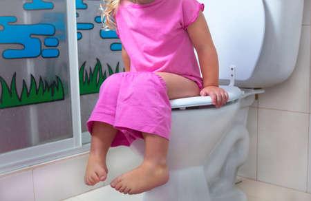 Baby mit einem Badezimmer