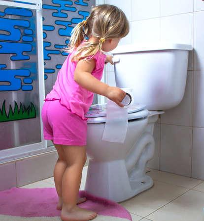 Little girl in restroom Banque d'images