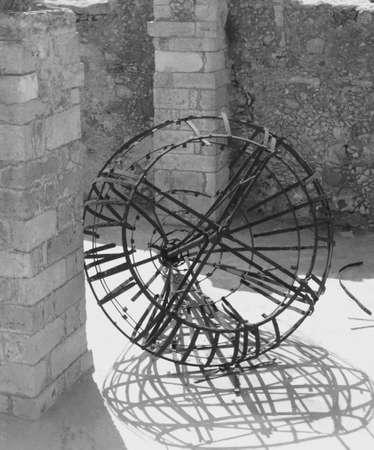 reloj de sol: Reloj de sol en las ruinas en Creta Foto de archivo