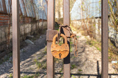 old rusty lock on a metal gate Imagens