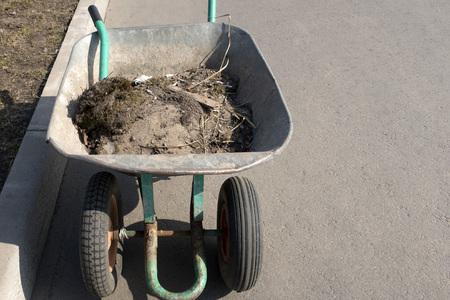 Carriola con immondizia, pulizia del territorio
