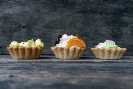 Beautiful shortbread cakes with cream and marmalade on a wooden background. 版權商用圖片