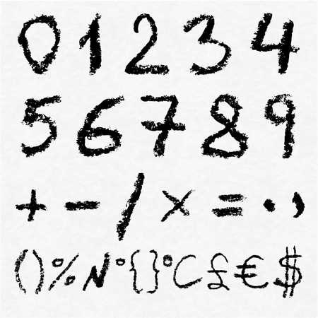 signos matematicos: Mano escrito los n�meros del vector de carb�n 0, 1, 2, 3, 4, 5, 6, 7, 8, 9 signos matem�ticos y s�mbolos m�s importantes en el papel de acuarela blanco como fondo. La textura de carb�n real.