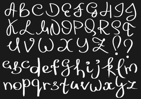 letras negras: Inusual alfabeto Inglés curva. Mayúscula blanca, letras minúsculas, signos de exclamación y de interrogación aislado en un fondo negro.