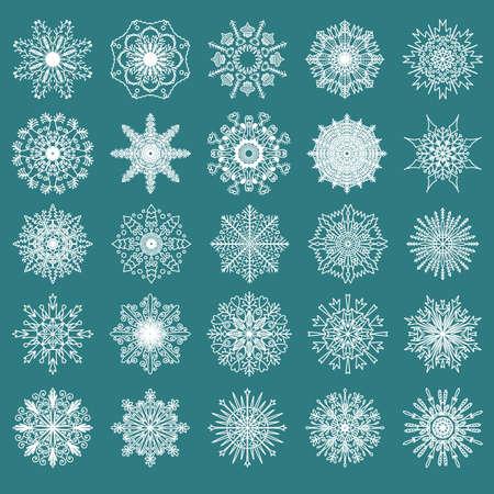 copo de nieve: Conjunto de 25 dibujados a mano blancos copos de nieve simétricos aislados en un fondo verde. Navidad tradicionales y los nuevos elementos de la decoración del Año para el diseño creativo. Vectores