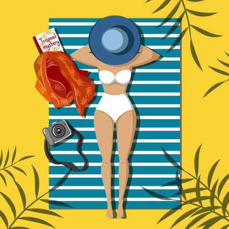 Chica en traje de baño se encuentra en la playa bajo palmeras