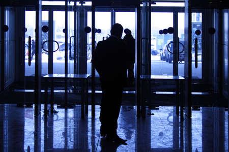 guardia de seguridad: El guardia de seguridad proporciona la seguridad a la entrada en el gran centro de negocios